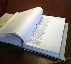 Acht Ordner mit transliterierten Briefen sind in akribischer Entzifferungsarbeit entstanden.