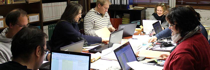 Projektteilnehmer/innen bei der Arbeit