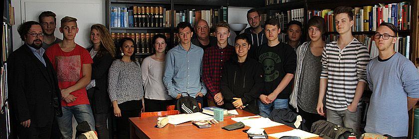 Schüler des OSZ Banken im Wirtschaftsarchiv