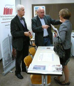 Prof. Dr. Klaus Dettmer im Gespräch mit Lehrern des OSZ