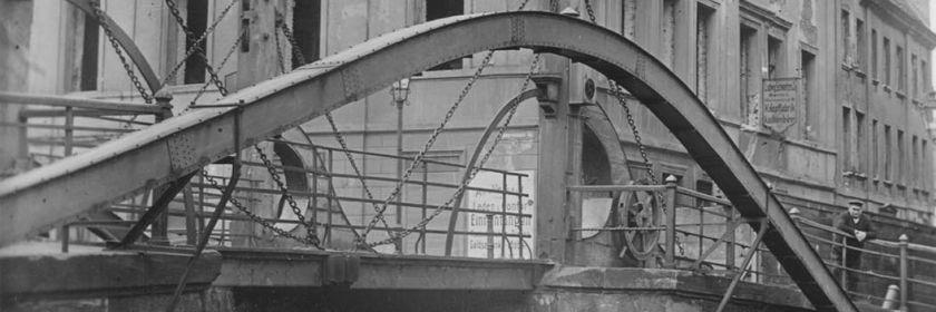 Jungfernbrücke und Oberwasserstraße 10 (schon ohne Fenster kurz vor dem Abbrau 1922), Sammlung von Gert Lehnhardt