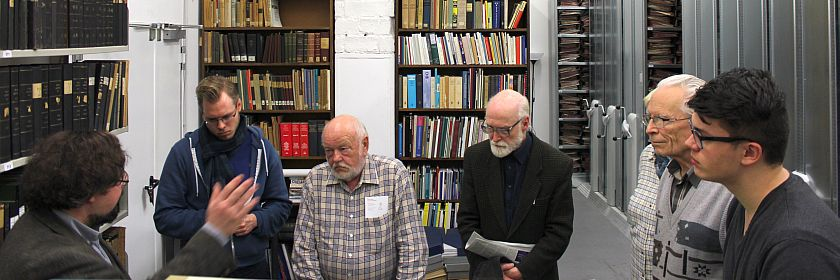 Wittenauer Besucher vor Wittenauer Archivalien