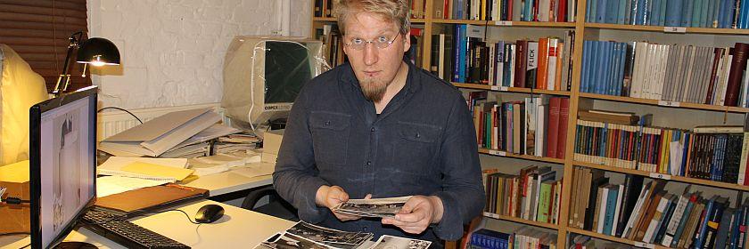 Florian Thomas beim Fotosortieren