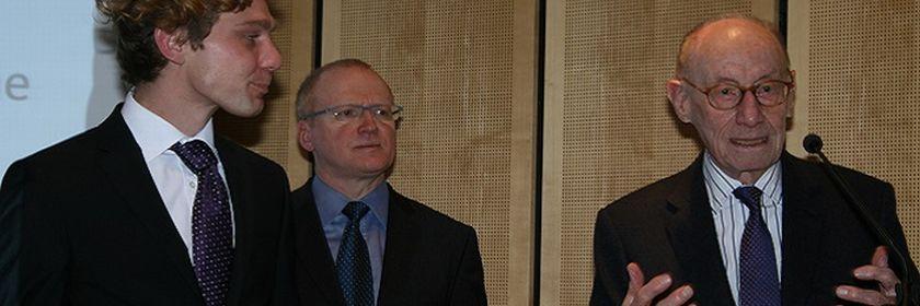 Preisträger Simon Lengemann mit Laudator Prof. André Steiner und Schirmherr Edzard Reuter