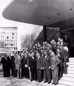 Gruppe vor dem Vereinshaus (1950er Jahre) (BBWA V2/5/496/1)