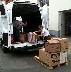 Herr Albrecht packt an bei der Anlieferung des Archivs der Deutschen Dermatologischen Gesellschaft