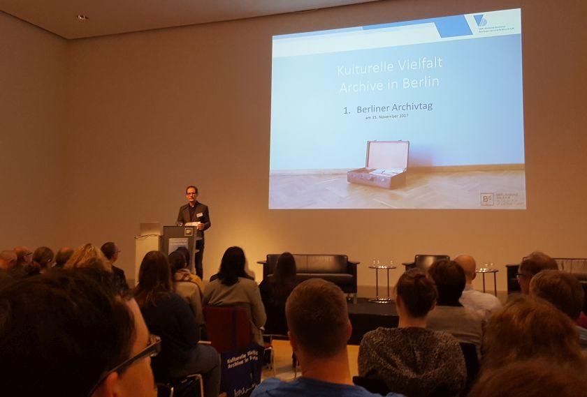 Dr. Torsten Musial eröffnet als VdA-Landesvorsitzender den 1. berliner Archivtag im Auditorium der Berlinischen Galerie (Foto: BBWA)