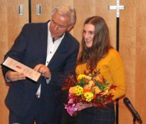 Klaus Wowereit übergibt den Preis für Berlin-Brandenburgische Wirtschaftsgeschichte an Anna Rosemann (Foto: BBWA)