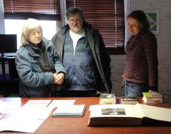 Besucher im Wirtschaftsarchiv lassen sich ausgewählte Archivalien erläutern (Foto: BBWA)