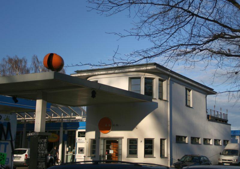 Eine der ältesten Tankstellen Berlins, 1928-29 von Paul Schröder und Max Pohl unter der Adresse Vor dem Schlesischen Tor 2 errichtet (Foto: BBWA/BB)